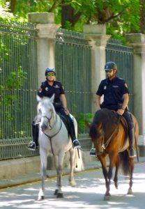 madrid_-_pareja_del_cuerpo_nacional_de_policia_haciendo_ronda_montada_en_el_paseo_del_prado